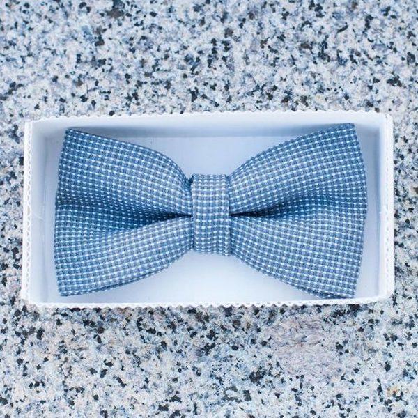 mėlynos ir baltos spalvos raštuota rankų darbo varlytė baltoje dėžutėje