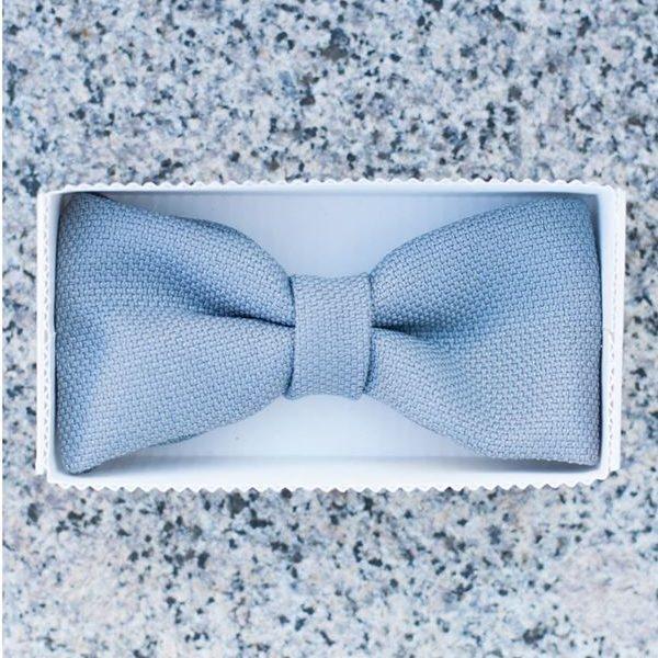 mėlyna rankų darbo varlytė baltoje dėžutėje